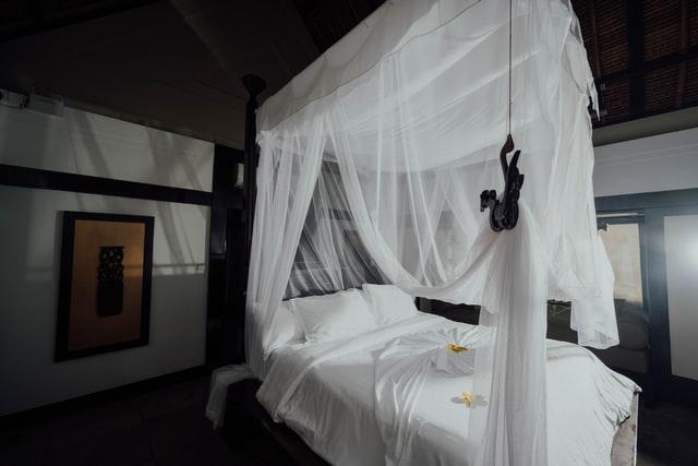 Moustiquaire sur un lit à baldaquin