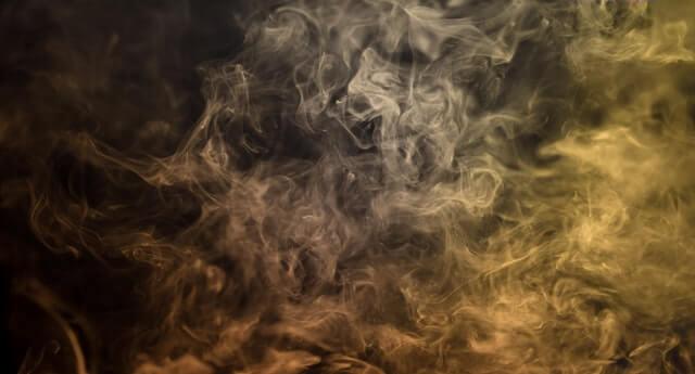 Fumigène anti-mouche en action