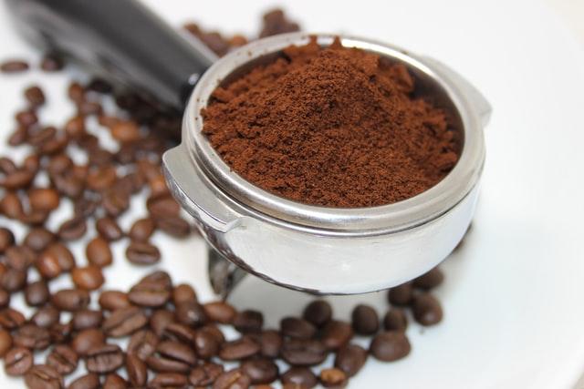 Le marc de café peut être utilisé en tant que répulsif efficace contre les bourdons