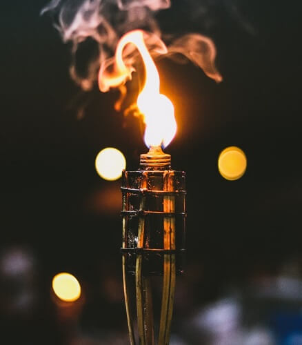 La torche anti-moustique permet de repousser les moustiques, notamment lors des soirs d'été