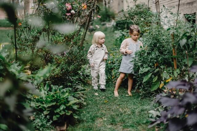 Deux enfants qui s'amusent dans un jardin