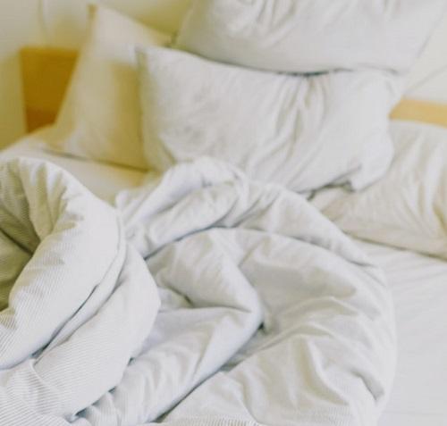 Lit défait sale : un lieu de vie idéal pour les punaises de lit